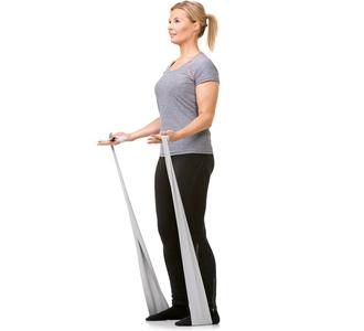 Kvinde træner med fitness elastik